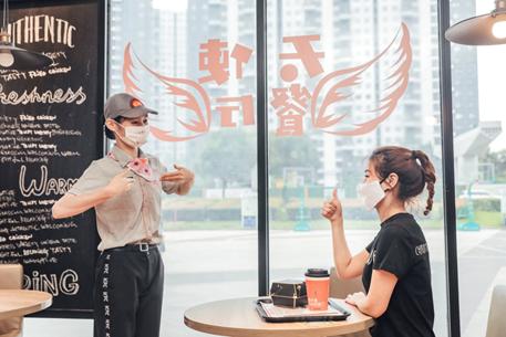 """顾客与""""天使""""员工以无声的方式有爱互动。 主办方供图"""
