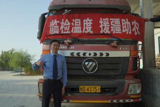 新疆阿拉尔市,援疆检察官与即将出发的货车。  谢航 摄