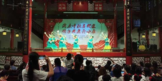 大峃镇珊门文化礼堂文艺汇演现场。文成供图