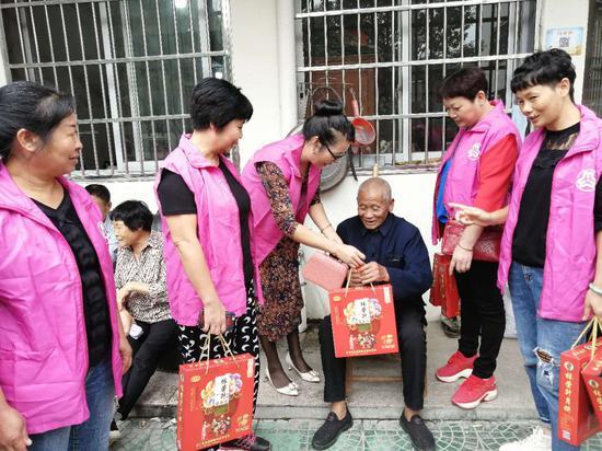 志愿者们给留守老人送去月饼和中秋祝福。峃口镇供图