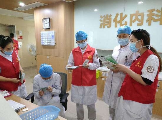 志愿者向医护人员宣传垃圾分类 陈爱君 摄