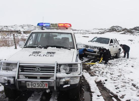 入秋第一场雪 新疆阿勒泰民警巡逻途中救助受困车辆