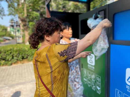 居民在投放垃圾 龙泉街道提供
