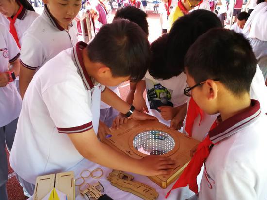 孩子们在研究文创产品 德清县宣传部提供
