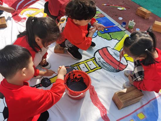 小朋友们在71米长的画卷上作画 王凌云 摄