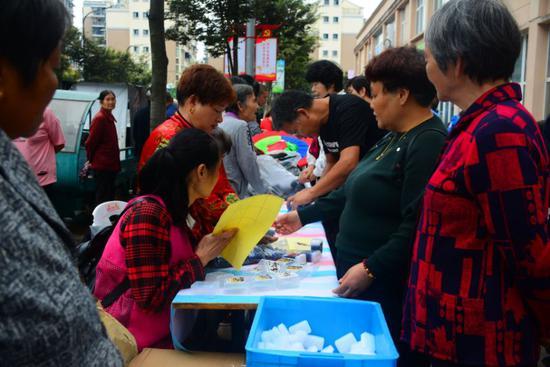 群众围聚在巧手集市前 莲都宣传部提供