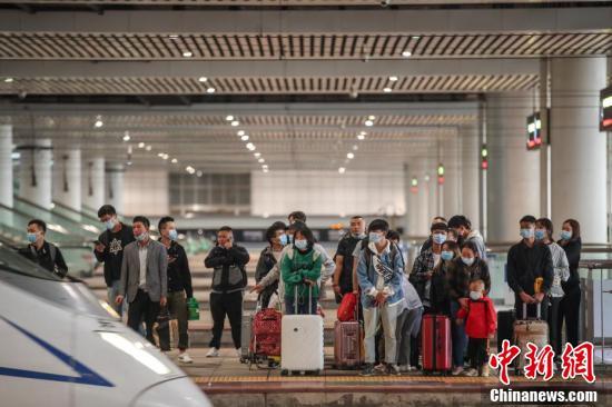 9月30日,贵阳北站,旅客步入候车大厅。当日是国庆中秋假期前一天,全国铁路迎来出行客流高峰。 中新社记者 瞿宏伦 摄