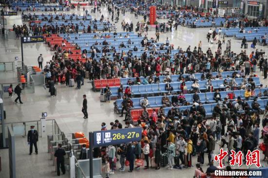 9月30日,贵阳北站,旅客在候车大厅候车。当日是国庆中秋假期前一天,全国铁路迎来出行客流高峰。 中新社记者 瞿宏伦 摄