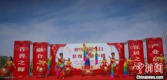 """假日期间,新疆兵团第十二师举办中秋诗会暨""""民族团结一家亲""""联谊会。图片据文旅兵团"""