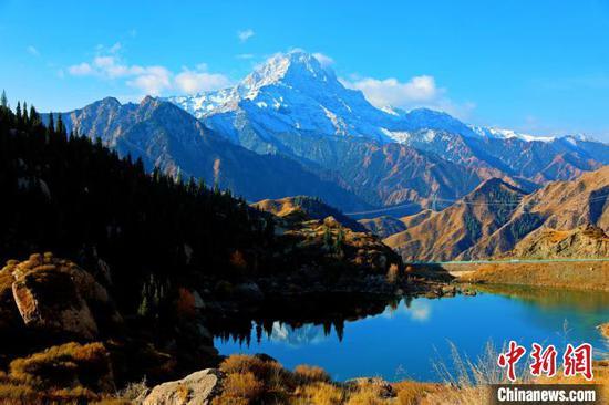 金秋十月新疆天山山脉美景如画