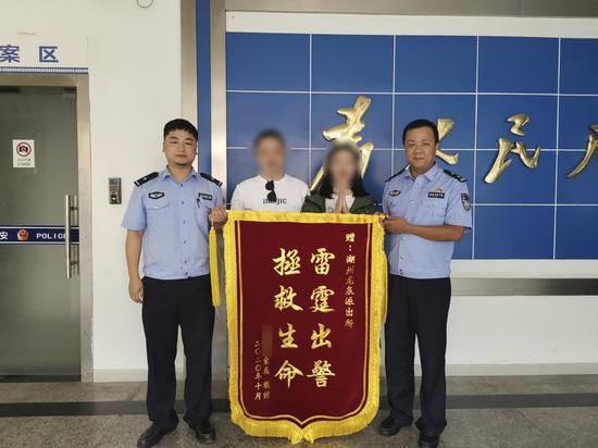 老人家属送来锦旗表示感谢 吴兴公安提供
