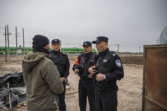 新疆呼图壁铁警安全宣传进牧家