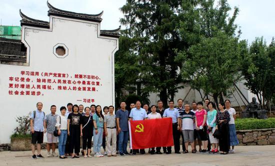 第一批进驻义乌校区党员参观陈望道故居 中国计量大学现代科技学院供图