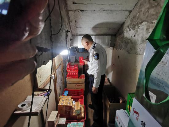 执法人员在工作中。杭州市烟草专卖局 供图