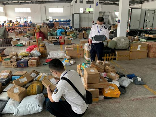 杭州市烟草专卖局工作人员深入物流基地开展摸排检查。杭州市烟草专卖局 供图