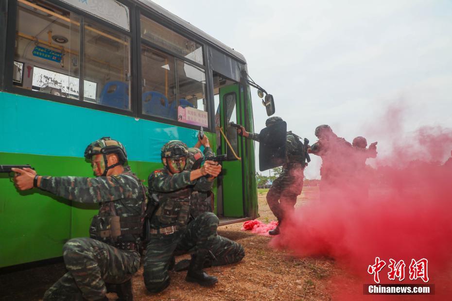 来宾武警特战队员开展反恐实战演练