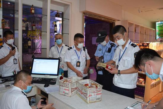 假期期间,杭州市烟草专卖局联合相关部门对娱乐服务业态零售户开展专项检查。杭州市烟草专卖局 供图