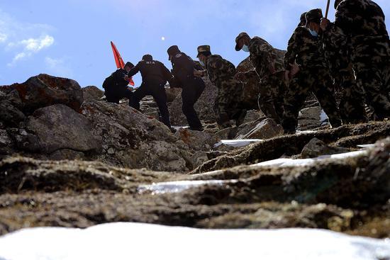 新疆布仑口边境派出所组织民辅警和护边员边境巡逻保安全