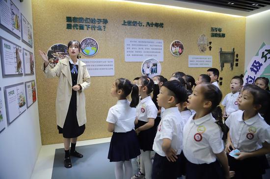 小学生参观瓯海区垃圾分类体验馆。温州市综合行政执法局供图