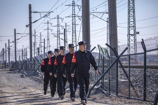 铁警强化铁路外部环境整治确保安全