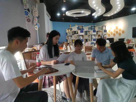 """""""蜂族教育""""团队与老师在讨论方案。 校方提供"""