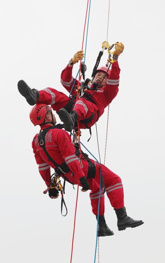 两位救援人员在空中进行索降演练。  李子光(通讯员)