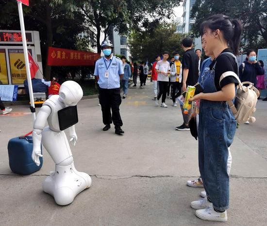 学生看机器人演示。 校方提供
