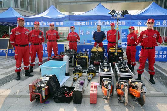 应急救援队展出各类救援装备。  李子光(通讯员)