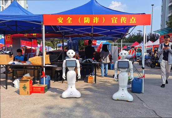浙财大的迎新机器人。  校方提供