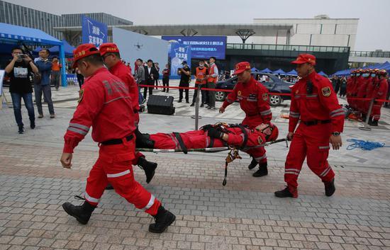 应急救援人员进行伤员救治演练。  李子光(通讯员)
