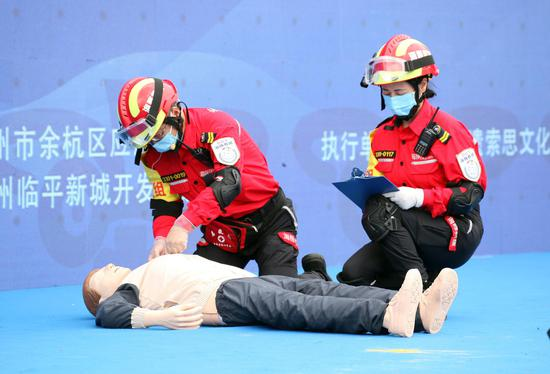 两位应急救援队队员在进行心肺复苏抢救演示。  李子光(通讯员)