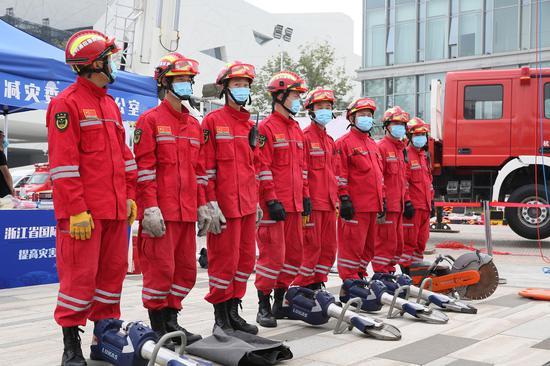 应救援队员进行集结、展示装备。  李子光(通讯员)