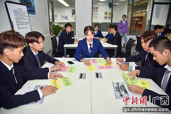 学生在教室中进行小组上课。