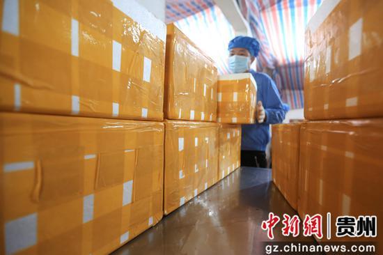 在贵州省毕节市大方县对江镇龙场村豆香源食品厂,胡从锋正在包装豆干。王纯亮 摄