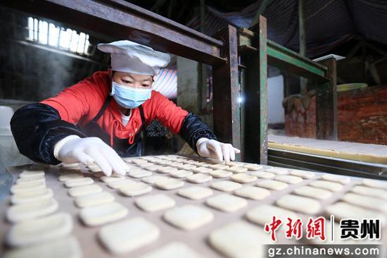 在贵州省毕节市大方县对江镇龙场村豆香源食品厂,村民在制作豆干。 王纯亮 摄