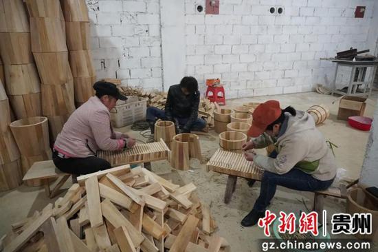 工人正在加工生产 马丹 摄