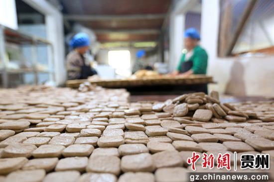 在贵州省毕节市大方县对江镇龙场村豆香源食品厂,村民在分拣豆干。 王纯亮 摄