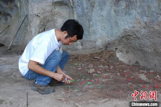 图为考古工作人员在贵州省惠水县清水苑大洞遗址进行勘察。(贵州省文物考古研究所供图)
