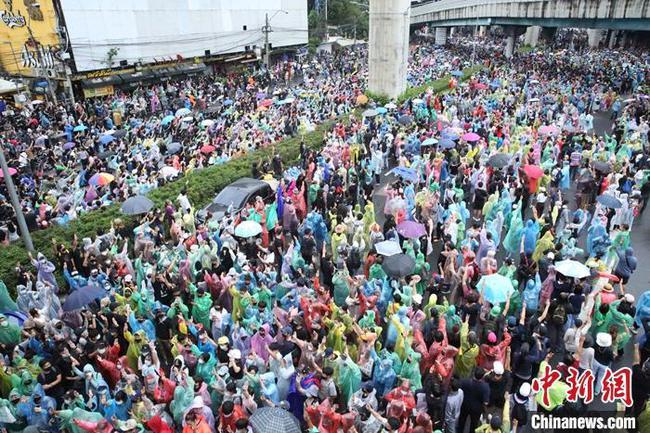 泰国示威者在曼谷多处举行集会抗议活动