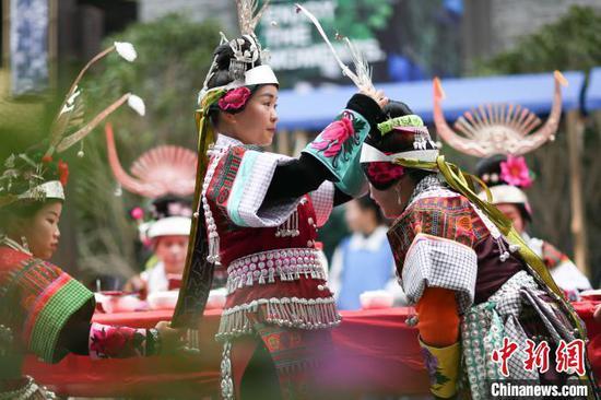 苗族同胞在吃新节中整理盛装。 黄晓海 摄