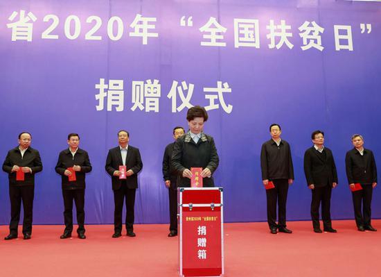 省委副书记、省长谌贻琴带头捐款。杜朋城 刘杨 摄