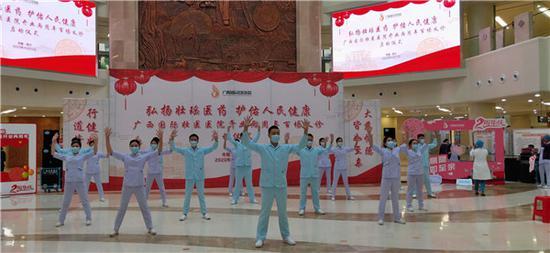 广西国际壮医医院独创的壮医三气养生操表演。罗先彬 摄