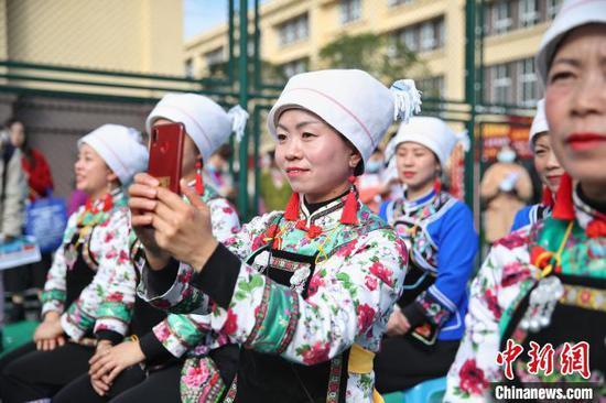 图为当地少数民族同胞在用手机拍摄。 瞿宏伦 摄
