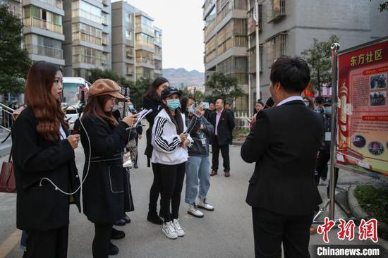 图为采访团在贵定县宝山街道东方社区采访。 瞿宏伦 摄