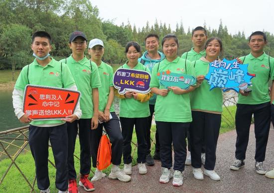 吉勿小花(右二)与同学开心环湖走,感受成都的美好