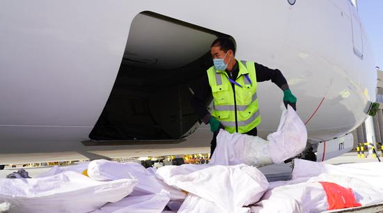库尔勒机场举行石家庄政府采购本地农产品航班首发仪式