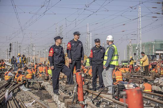 新疆铁警护航铁路线路改造安全