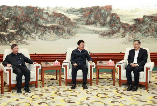 孙志刚对张春贤一行表示欢迎,感谢全国人大长期以来对乐透世界的关心支持。杜朋城 摄