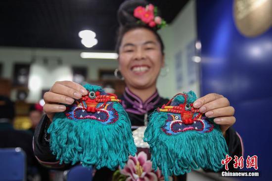 """贵州台江:苗族绣娘扶贫工坊里""""绣""""出新生活"""