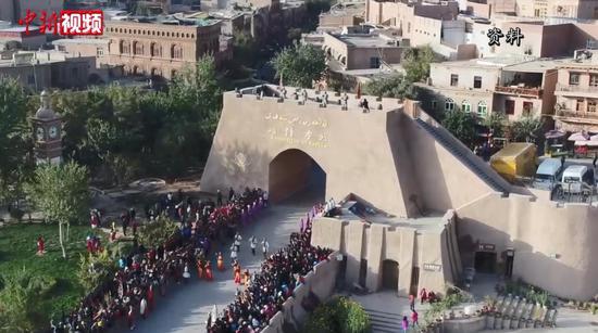 """电影《喀什古丽》新疆首映 视觉盛宴中感受""""新喀什"""""""